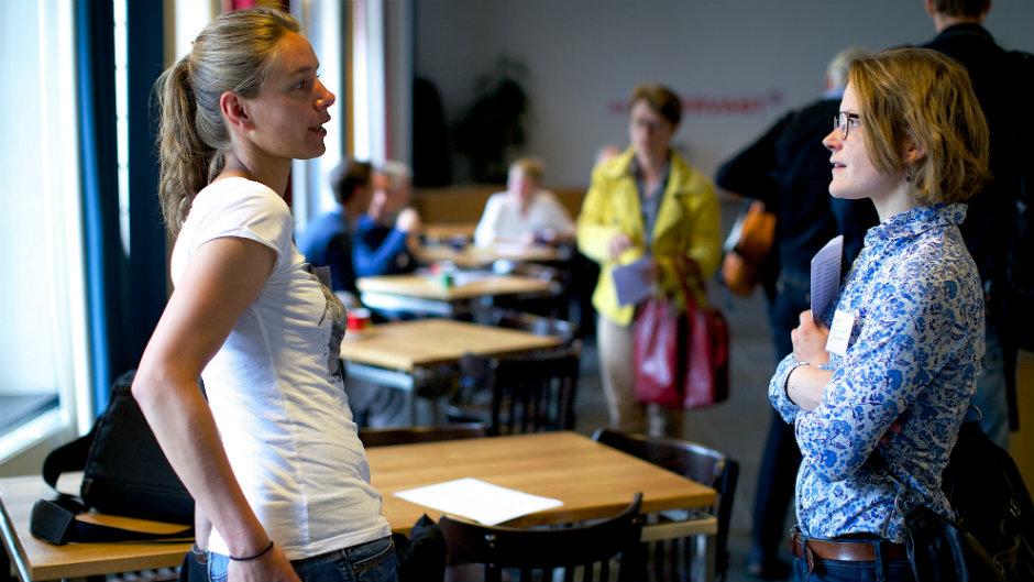 duas mulheres conversando em cafeteria
